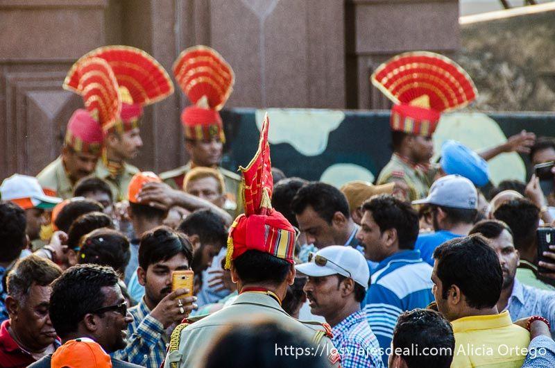 público en la ceremonia frontera india-pakistan