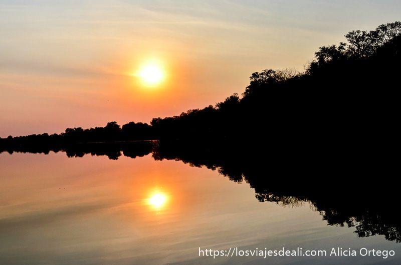 atardecer en río okavango