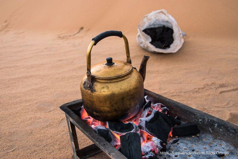 guía de viaje a Sudán preparando el café en el desierto