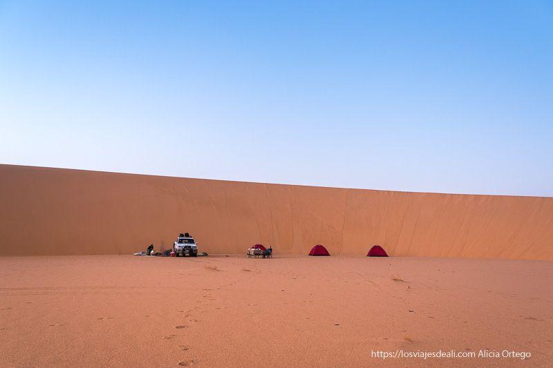 acampada en el desierto junto a una gran duna guía de viaje a Sudán