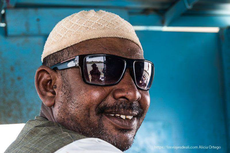 retrato del piloto del ferry que cruza el Nilo Gentes de Sudán