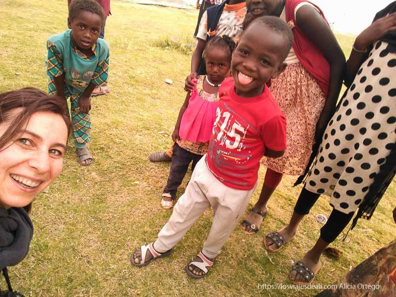 selfie con niños nubios a orillas del Nilo en Sudán viajando se rompen tópicos
