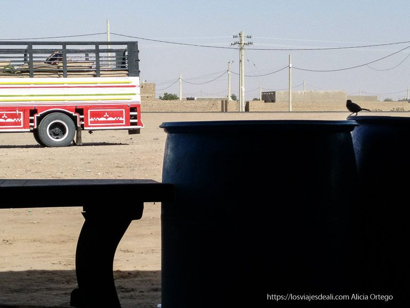 bidones de agua en un bar de carretera de Sudán para que los viajeros beban guía de viaje a Sudán