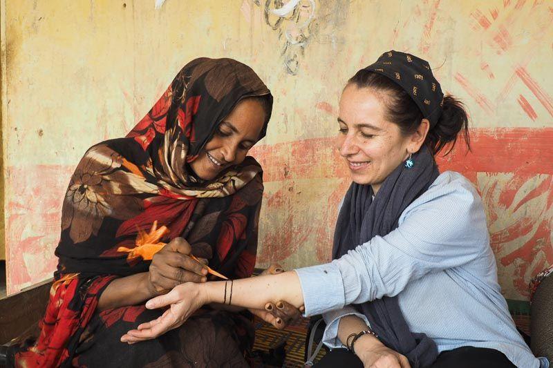 haciéndome un tatuaje de henna en Sudán por qué viajar a África