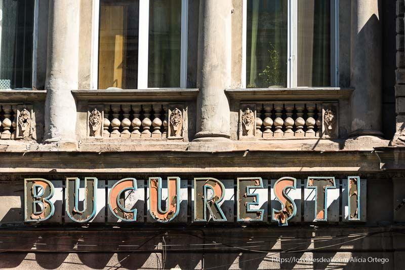 antiguo cartel de cine en Bucarest primeras impresiones de un viaje a transilvania