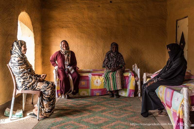mujeres nubias en una casa junto al templo de soleb