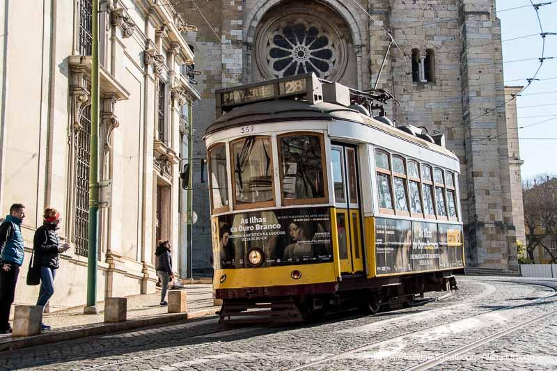 tranvía junto a la facha de la Seo en Lisboa