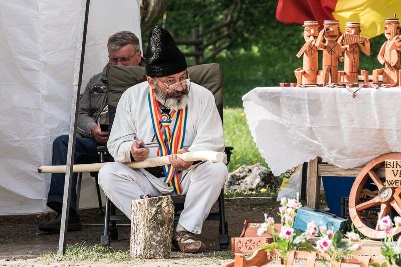 artesano de Bran trabajando la madera primeras impresiones de un viaje a transilvania