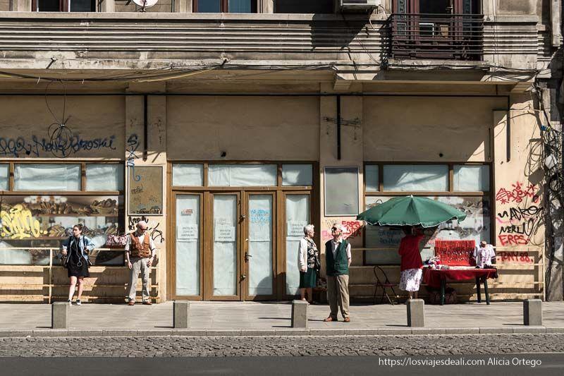 gente esperando el bus en Bucarest primeras impresiones de un viaje a transilvania