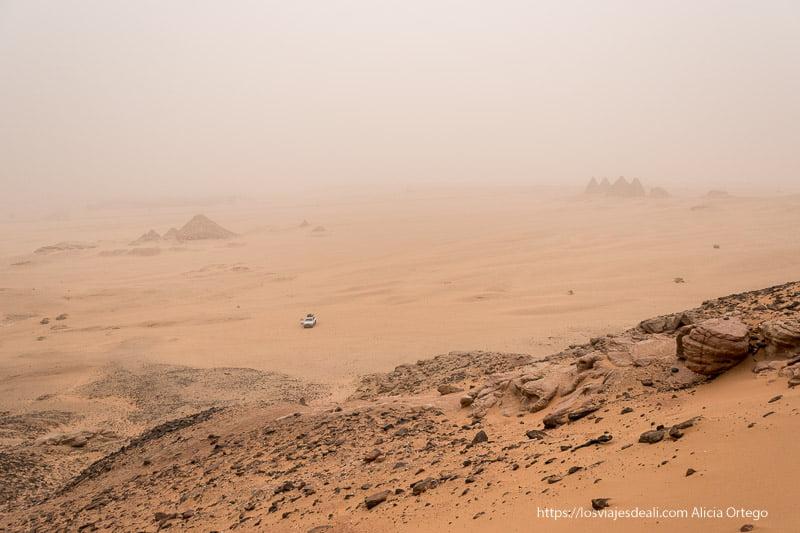 paisaje desde Jebel Barkal con pirámides al fondo bajo gran tormenta de arena