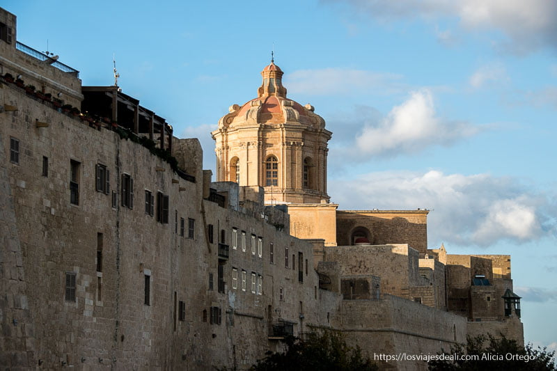 ciudadela de Mdina con cúpula de catedral en la isla de Malta