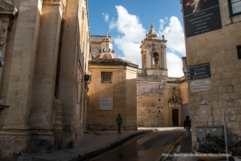 plaza de la iglesia parroquial de Rabat en Malta
