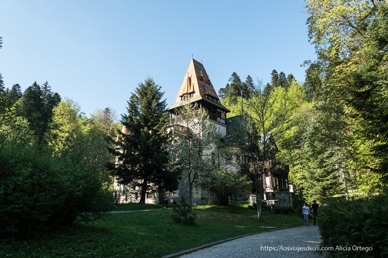 castillo de pelisor junto al castillo de peles en sinaia