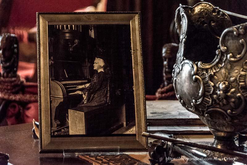 foto del rey Carol I tocando el piano en el castillo de peles en sinaia