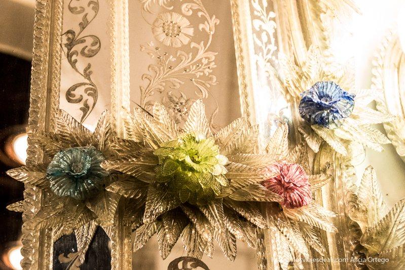 flores de cristal de colores en el castillo de peles en sinaia