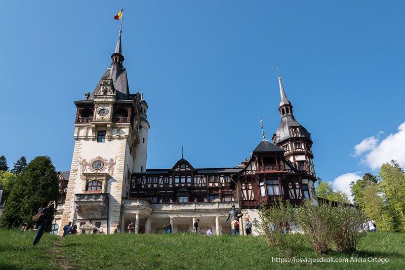 vista frontal del castillo de peles en sinaia