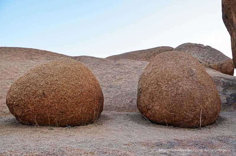 rocas con forma de huevo en spitzkoppe