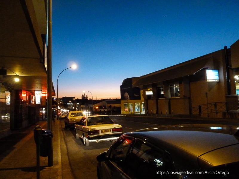 calles vacías de windhoek tras la puesta de sol