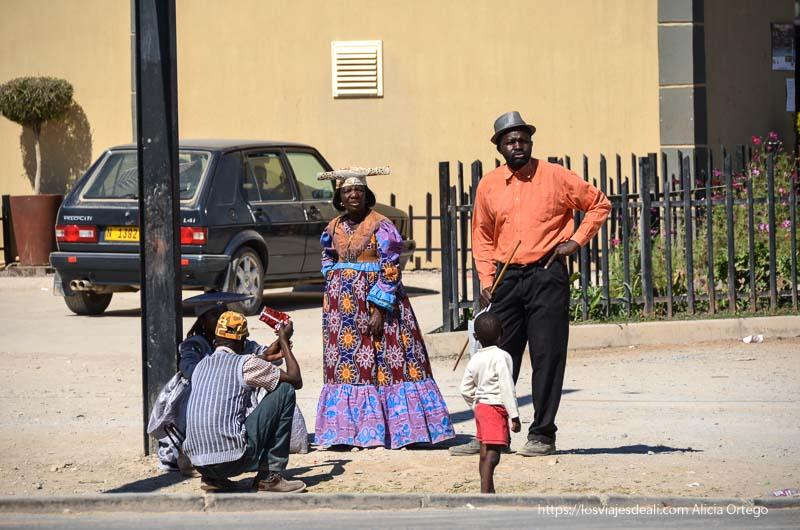 mujer herero con su vestido de estilo colonial en Opuwo Namibia