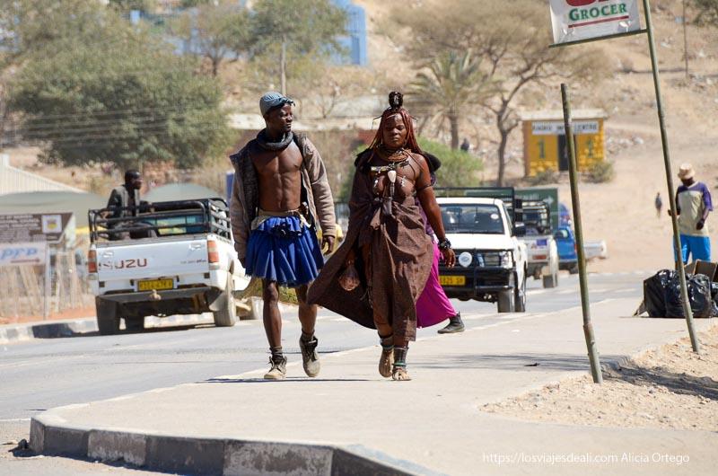 pareja himba andando por la ciudad de Opuwo en Namib