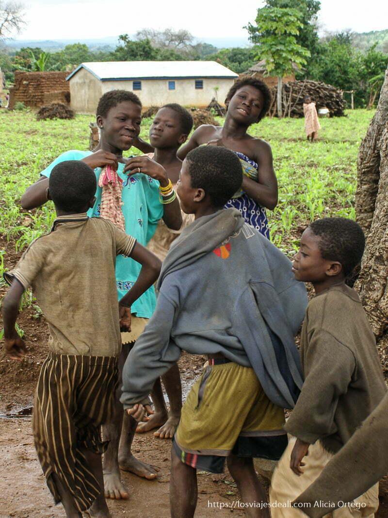 niños bailando en sansana Burkina
