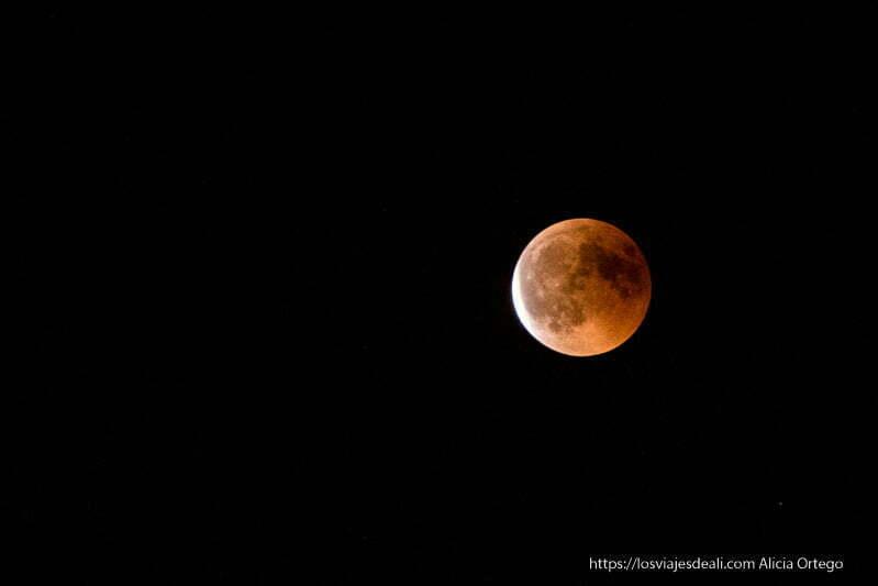 luna roja que empieza a salir del eclipse de luna 2018