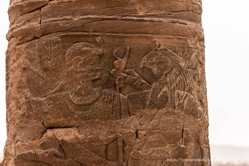 relieve de dios horus y faraón en columna de es suffra en Sudán