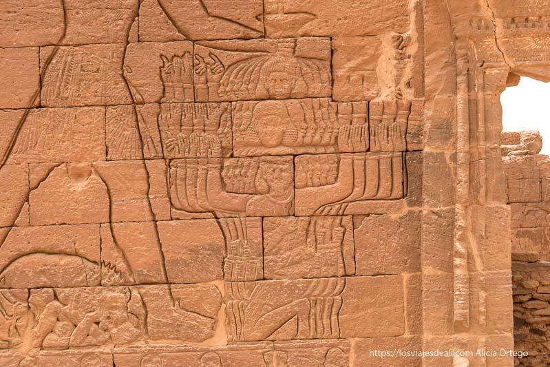 relieve de Naqa que muestra al faraón con tres cabezas y muchos brazos