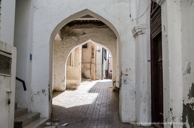 calles antiguas de muscat con pasajes bajo arcos