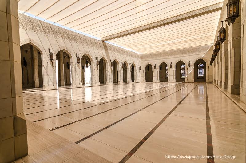 patio con techo de tela en la mezquita del sultán Muscat