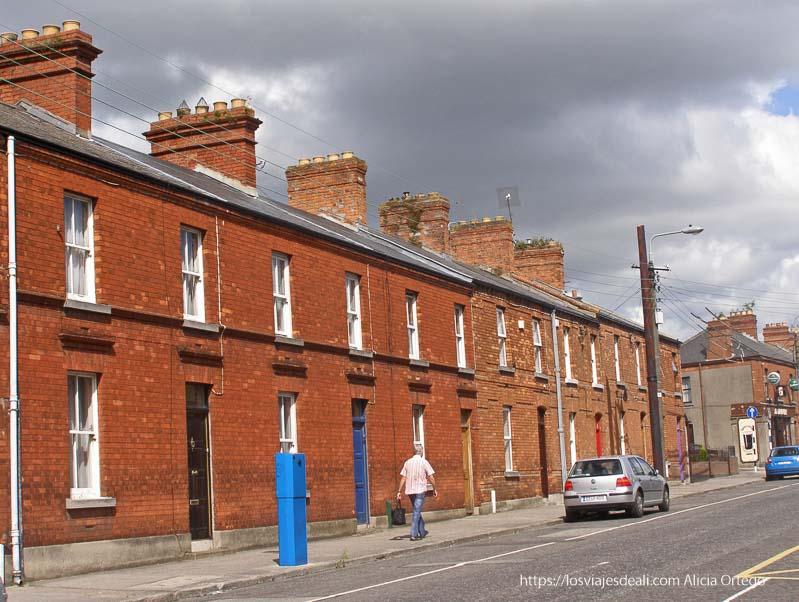 casas con fachada de ladrillo en un paseo por dublin