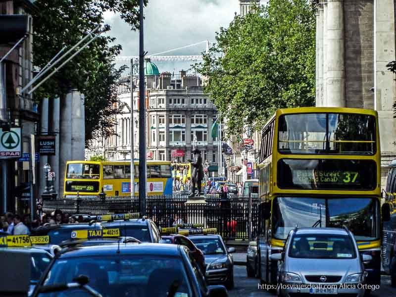 calle llena de autobuses y taxis en el centro de dublin