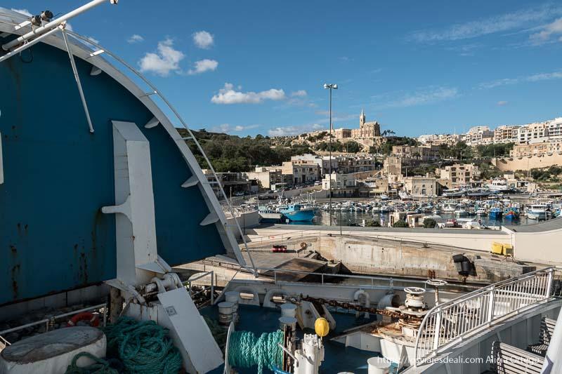ferry entrando en marsalforn puerto de gozo
