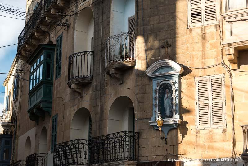 esquinade calles de Gozo con una virgen