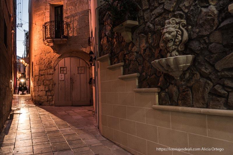 calles estrechas de Victoria con fuente de piedra en una pared qué ver en Gozo