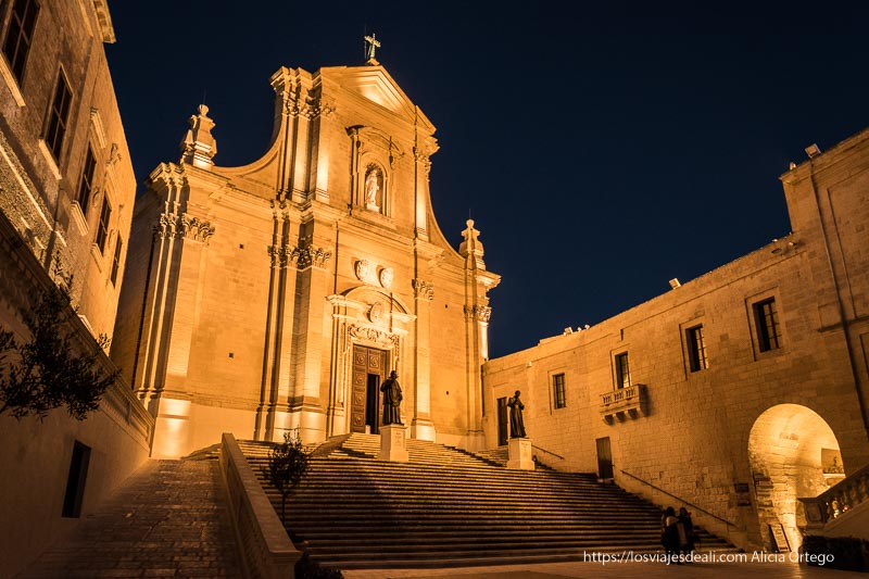 iglesia con gran escalinata de ciudadela por la noche que ver en Gozo