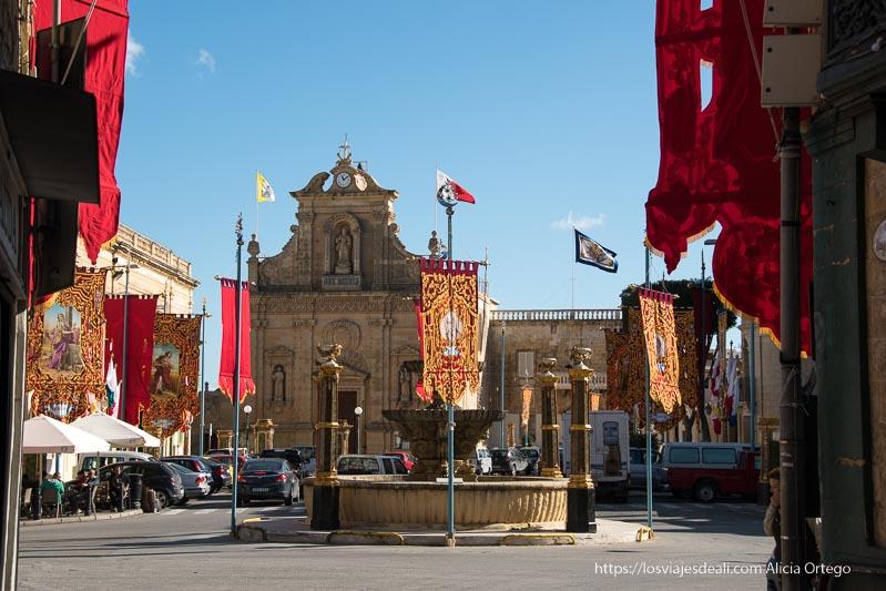 plaza de Victoria con pendones de la virgen que ver en gozo