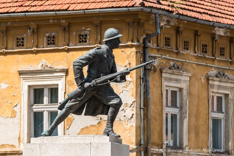 estatua de soldado avanzando con su fusil en brasov