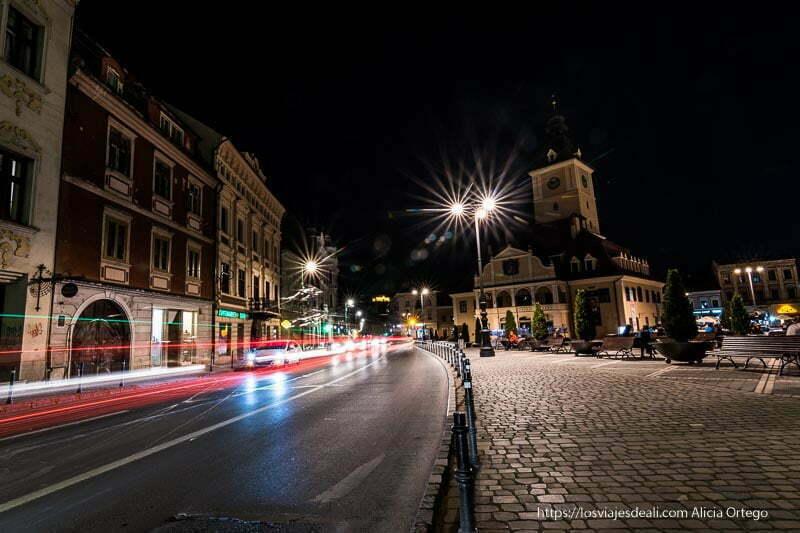 noche en brasov junto a la plaza sfatului