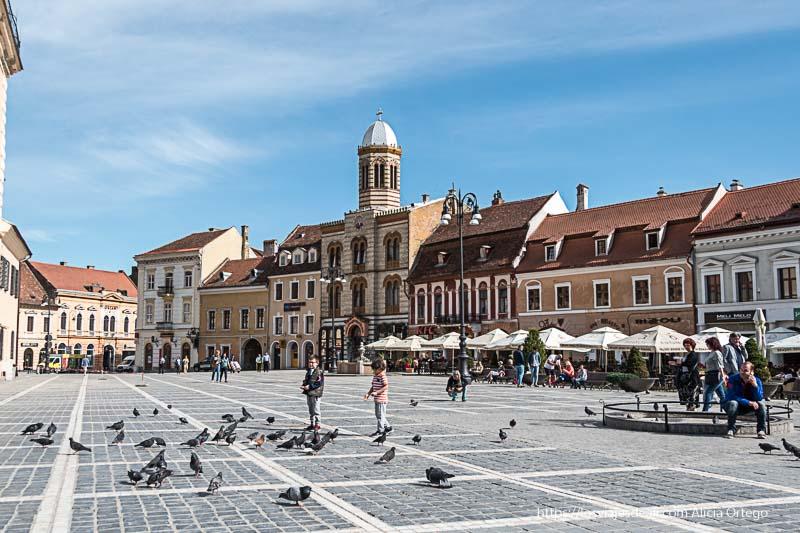 plaza sfatului con iglesia ortodoxa de ladrillos amarillos y rojos en brasov