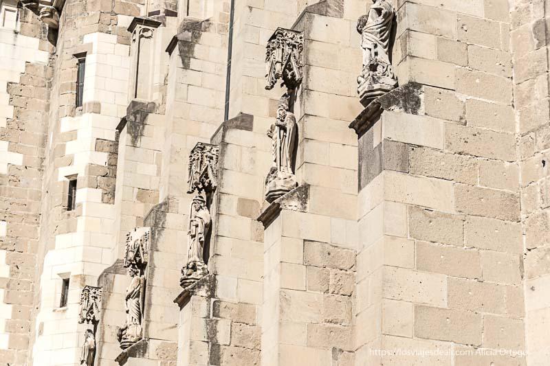 estatuas góticas en los contrafuertes de la iglesia negra dos días en brasov