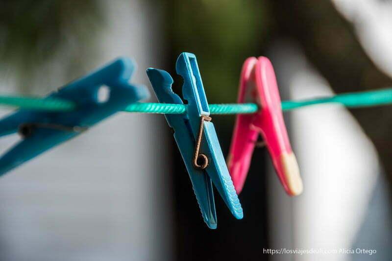 pinzas para la ropa en cuerda de tender con fondo desenfocado