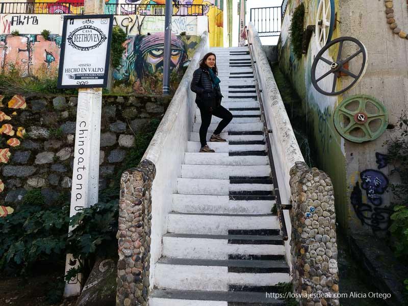 yo misma en las escaleras pintadas como las teclas de un piano en Valparaíso