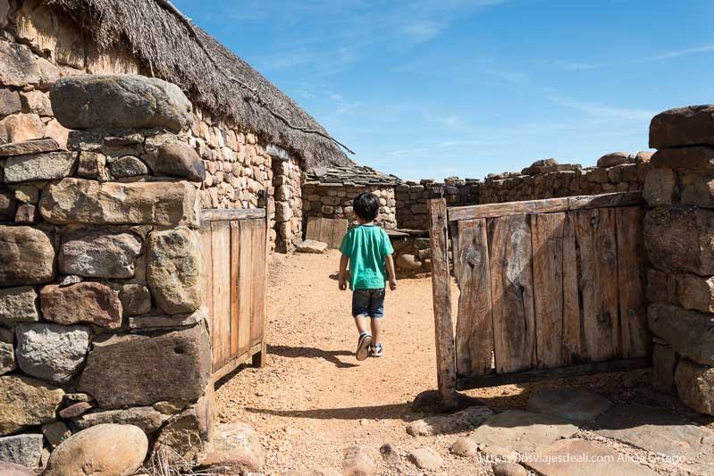 entrada a casa romana en el yacimiento de numancia con puertas de madera