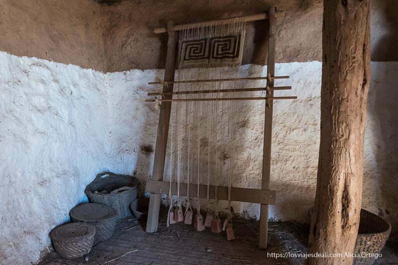 telar romano y cestos de mimbre en el interior de la casa romana de numancia