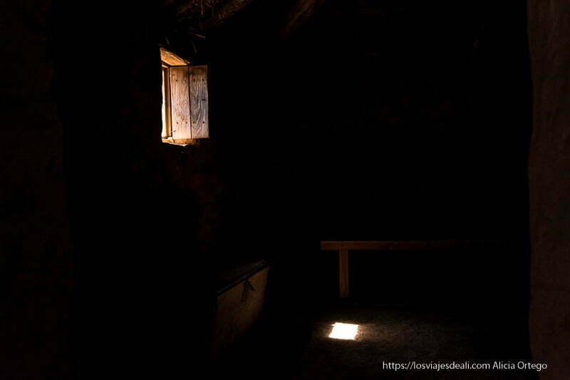 habitación oscura con luz entrando por la ventana en casa romana de numancia