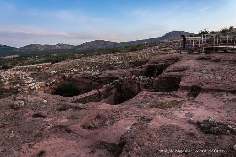 ciudad de tiermes excavada en la roca de color rojo soria romana