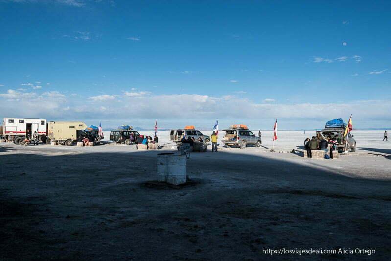 coches y gente desayunando en el salar de uyuni junto a isla incahuasi