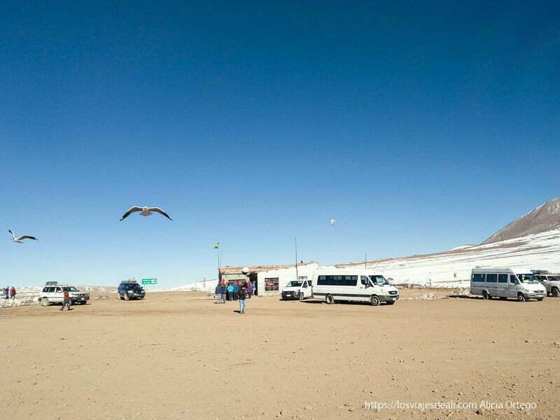 furgonetas en puesto de control fronterizo de bolivia con gaviotas volando