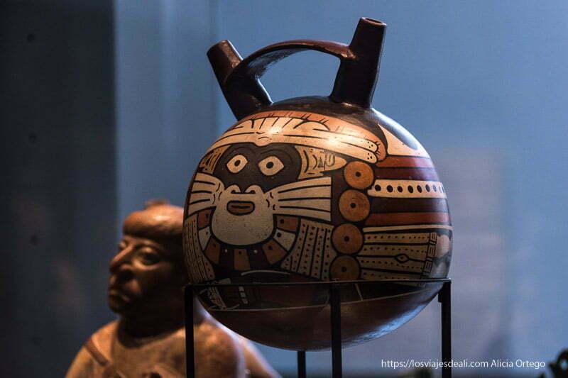 botijo de cerámica precolombina en museo de arte precolombino de santiago de chile